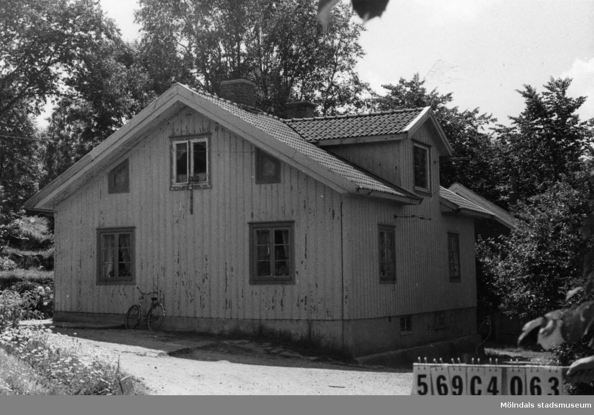 Byggnadsinventering i Lindome 1968. Lindome (3:11) 3:39. Hus nr: 569C4063. Benämning: permanent bostad, ladugård och tre redskapsbodar. Kvalitet: mindre god. Material: trä. Tillfartsväg: framkomlig. Renhållning: soptömning.