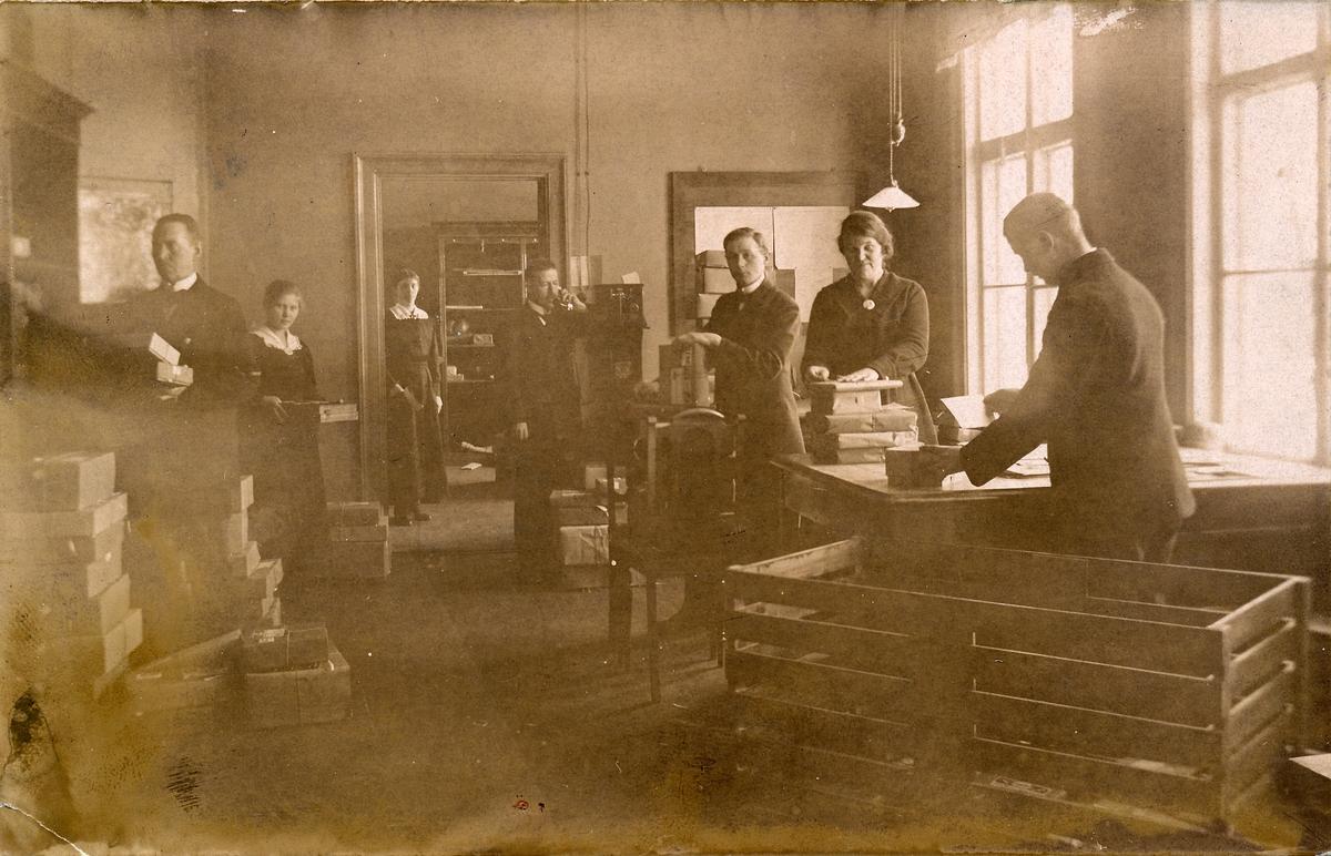 Vykort föreställande interiören av Postkontoret i Korsnäs, 1910-tal.