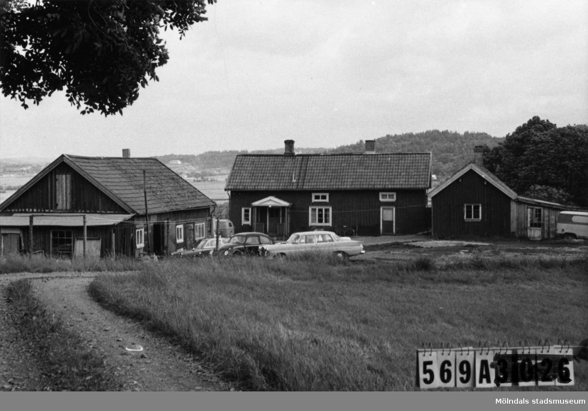 Byggnadsinventering i Lindome 1968. Skäggered 3:17. Hus nr: 569A4033. Benämning: permanent bostad, garage (lada) och hundgård. Kvalitet: mindre god. Material: trä. Övrigt: bilverkstad. Oordning. Tillfartsväg: framkomlig. Renhållning: soptömning.