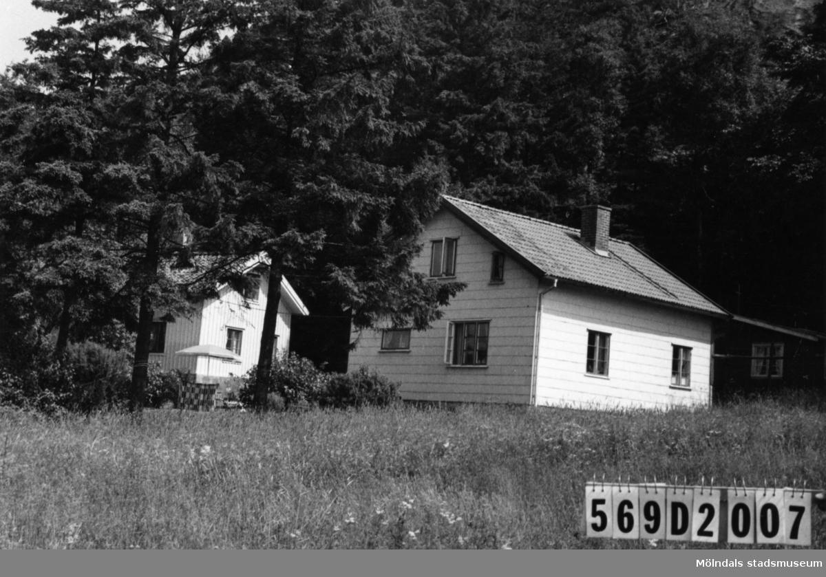 Byggnadsinventering i Lindome 1968. Lindome (4:6). Hus nr: 569D2007. Benämning: två permanenta bostäder och två redskapsbodar. Kvalitet, bostadshus: god. Kvalitet, redskapsbodar: mindre god. Material, bostadshus: eternit. Material, redskapsbodar: trä. Tillfartsväg: framkomlig.