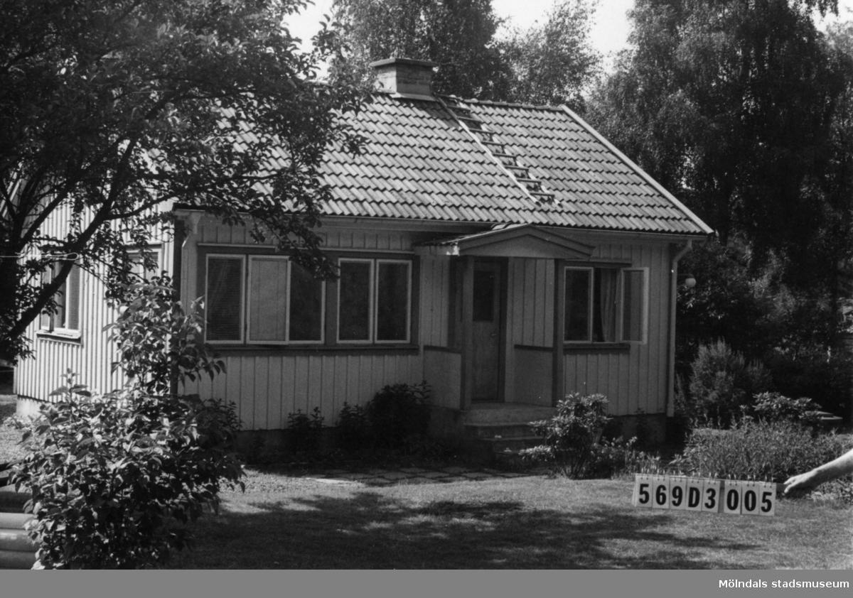 Byggnadsinventering i Lindome 1968. Gårda 2:57. Hus nr: 569D3005. Benämning: permanent bostad och två redskapsbodar. Kvalitet, bostadshus: god. Kvalitet, redskapsbodar: mindre god. Material: trä. Tillfartsväg: framkomlig. Renhållning: soptömning.