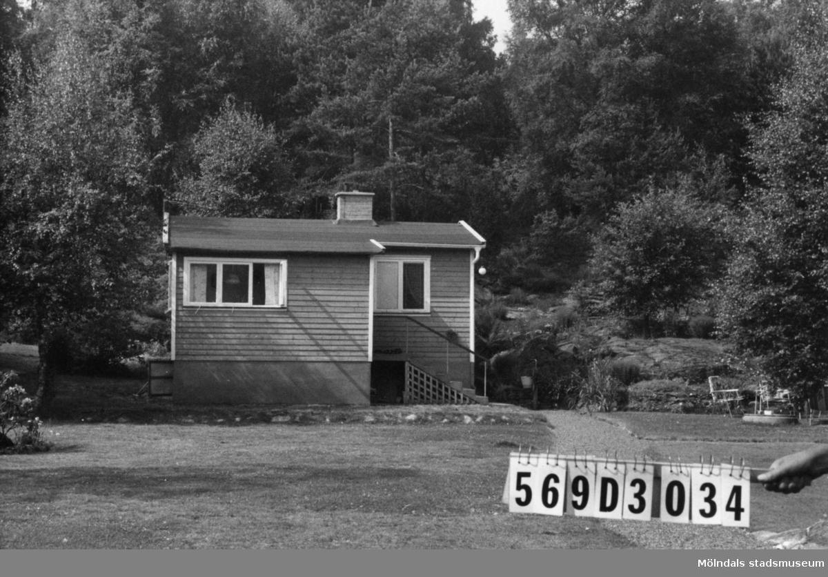 Byggnadsinventering i Lindome 1968. Berget 1:61. Hus nr: 569D3034. Benämning: fritidshus och redskapsbod. Kvalitet: god. Material: trä. Tillfartsväg: framkomlig. Renhållning: soptömning.