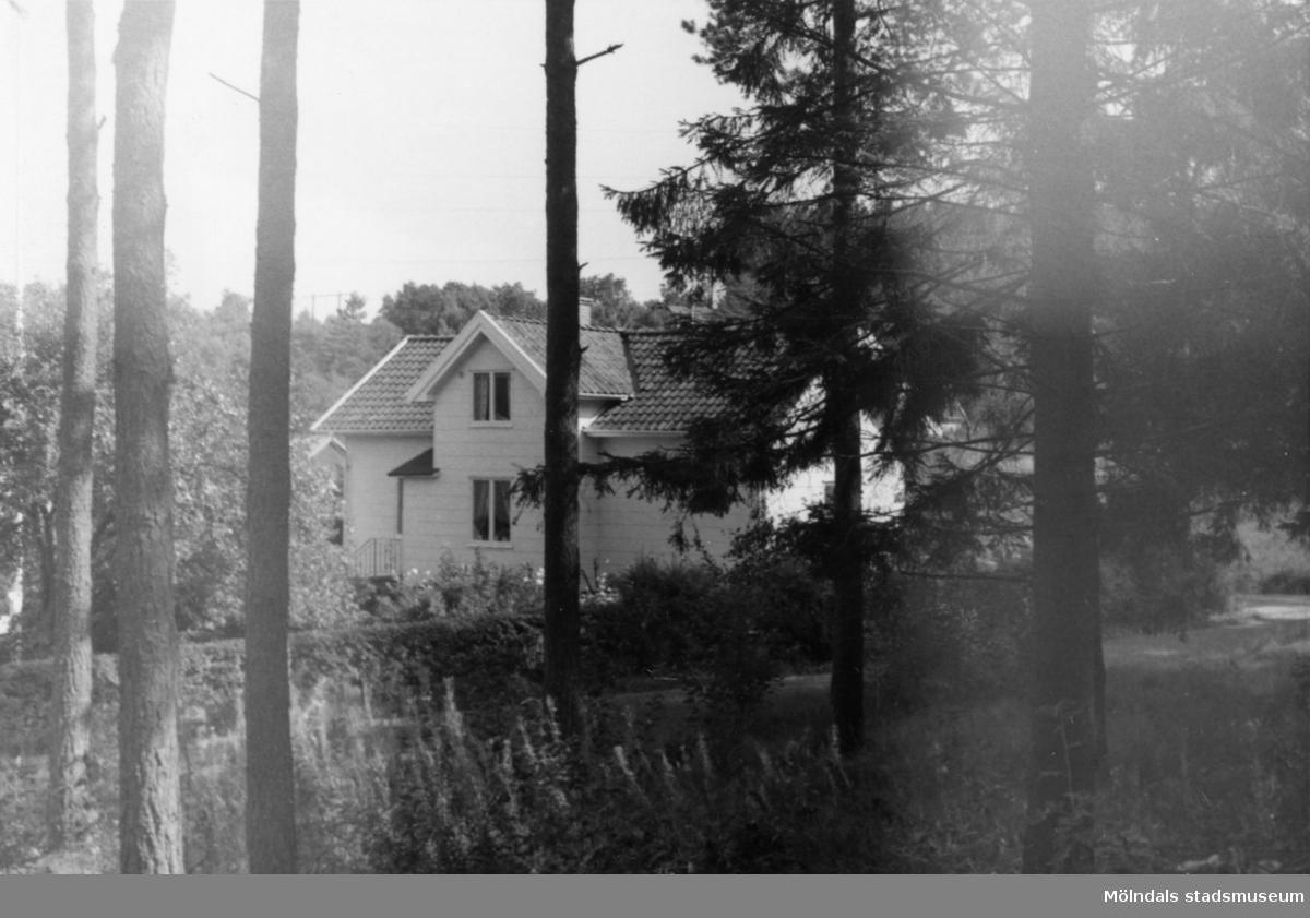 Byggnadsinventering i Lindome 1968. Dvärred 2:13. Hus nr: 570C1022. Benämning: permanent bostad och garage. Kvalitet: mycket god. Material, bostadshus: eternit. Material, garage: trä. Tillfartsväg: framkomlig. Renhållning: soptömning.