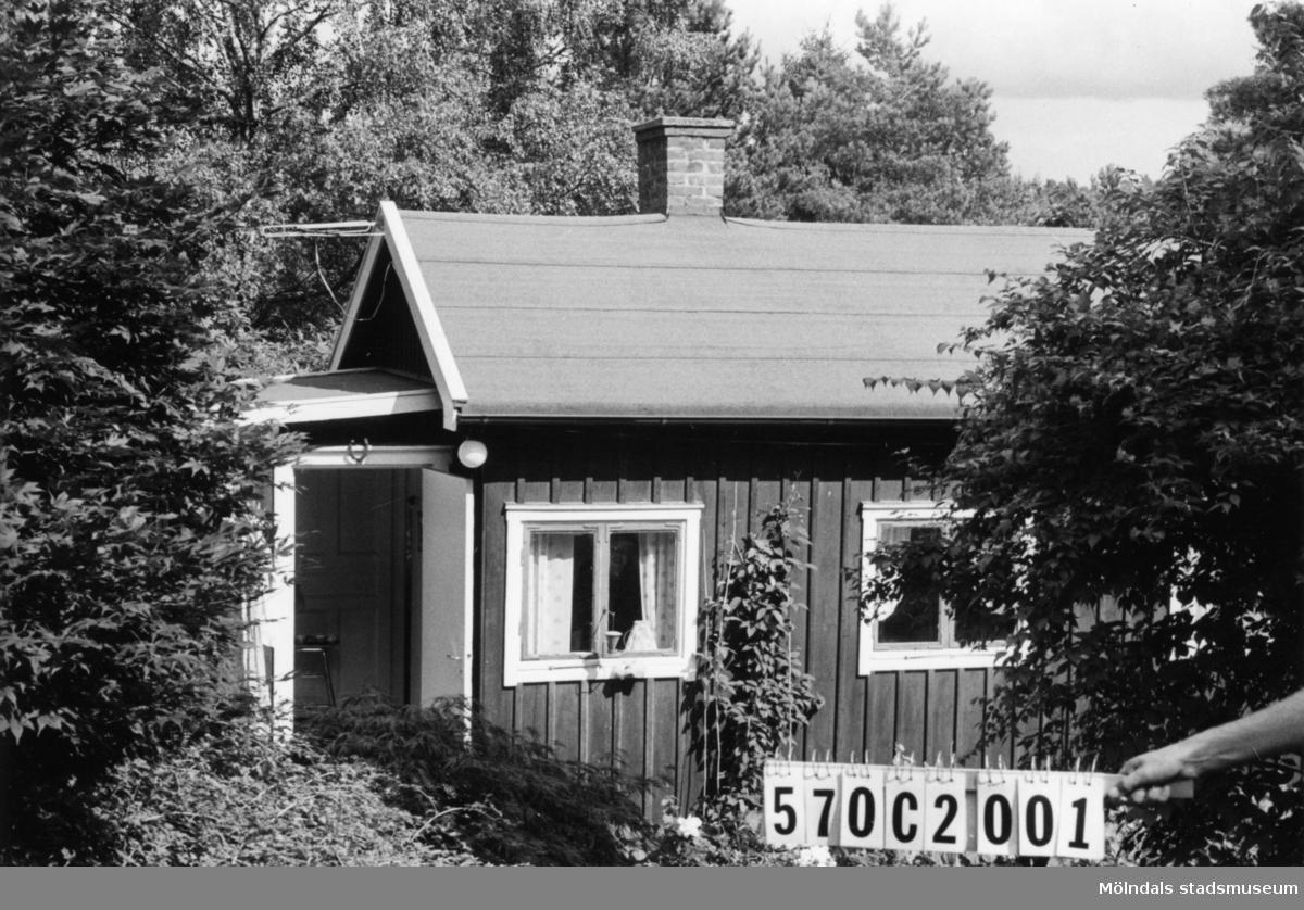 Byggnadsinventering i Lindome 1968. Dvärred 2:27. Hus nr: 570C2001. Benämning: fritidshus och redskapsbod. Kvalitet, fritidshus: god. Kvalitet, redskapsbod: mindre god. Material: trä. Tillfartsväg: framkomlig. Renhållning: soptömning.