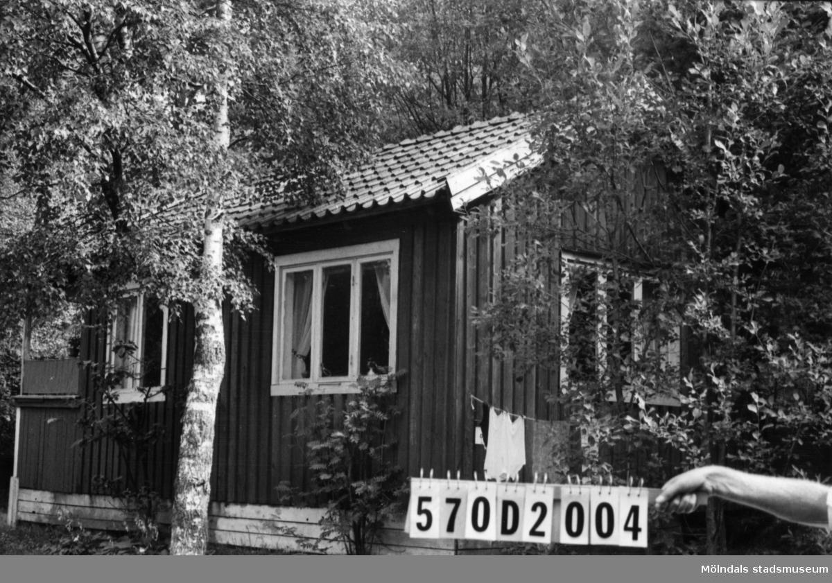 Byggnadsinventering i Lindome 1968. Annestorp 1:17. Hus nr: 570D2004. Benämning: fritidshus och redskapsbod. Kvalitet, fritidshus: mindre god. Kvalitet, redskapsbod: dålig. Material: trä. Tillfartsväg: ej framkomlig.