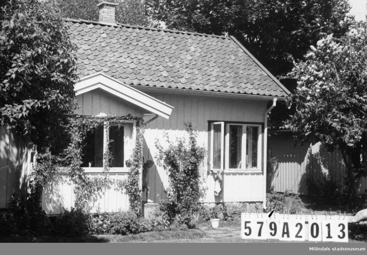 Byggnadsinventering i Lindome 1968. Lindome 6:10. Hus nr: 579A2013. Benämning: fritidshus, gäststuga och redskapsbod. Kvalitet, fritidshus och gäststuga: mycket god. Kvalitet, redskapsbod: god. Material: trä. Tillfartsväg: framkomlig. Renhållning: soptömning.