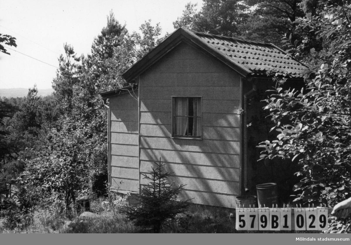 Byggnadsinventering i Lindome 1968. Lindome 3:18. Hus nr: 579B1029. Benämning: fritidshus och redskapsbod. Kvalitet: god. Material, fritidshus: eternit. Material, redskapsbod: trä. Tillfartsväg: framkomlig. Renhållning: soptömning.