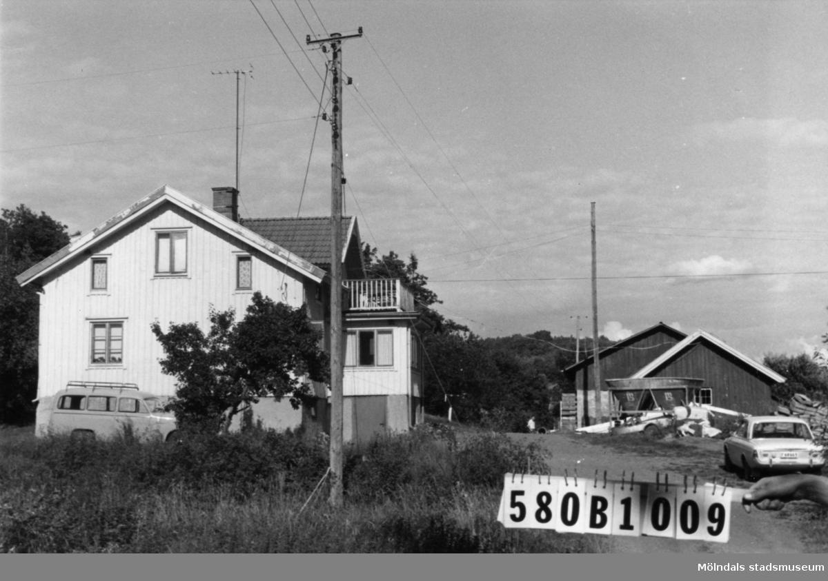 Byggnadsinventering i Lindome 1968. Dvärred 3:9. Hus nr: 580B1009. Benämning: permanent bostad, redskapsbod och växthus. Kvalitet: god. Material: trä. Övrigt: välvårdade växthus. Redskapsbod bygges till. Tillfartsväg: framkomlig.