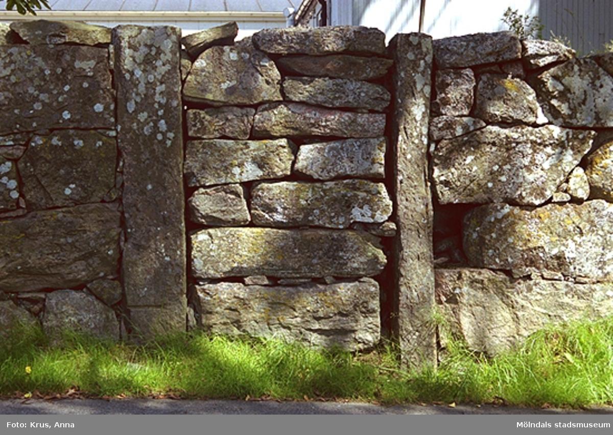 Stenmur, norr om vita villan - detalj. Platsen är muren utanför det nybyggda centralköket. Muren visar en igensatt gång-grind mellan personalbyggnaden och flickornas arbetshem.