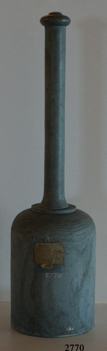 Raketklubba av trä, för 2-pundig raket. Gråmålad.