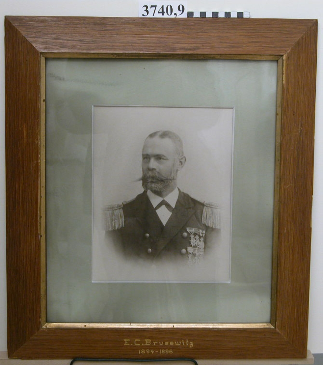 Fotografi E C Brusewitz 1894-96. 25 st fotografier inom glas och ram, av ekfanér, av porträtt av cheferna för Skeppsgossekåren i Karlskrona åren 1875 - 1939. MM3740:1-25.