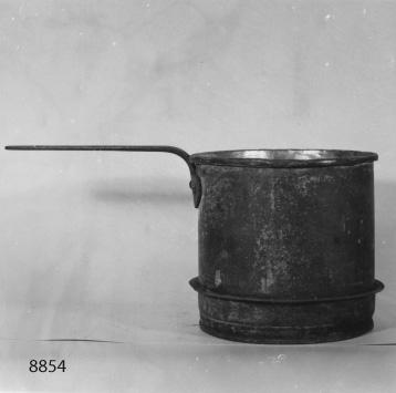 Kastrull av koppar, förtent. Märkt på sidan: Af. Chapman samt en kronstämpel.   Svagt märke på handtaget: J och C G Bolinder Stockholm