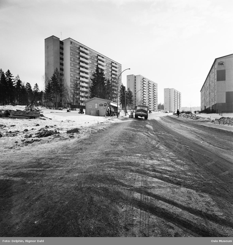 """vei, blokkbebyggelse, kiosk, """"Gulebua"""", biler, mennesker"""