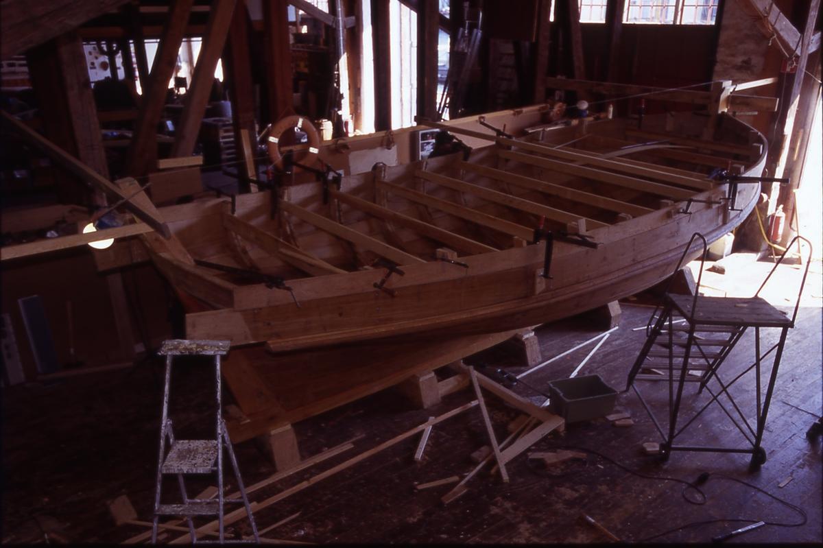 Övrigt: Byggandet av speljakten i slup o barkass sista bordet sätts på plats
