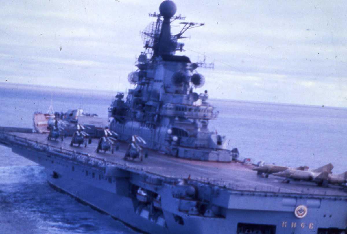 Russisk hangarskip av Kiev - klassen og heter Kiev.