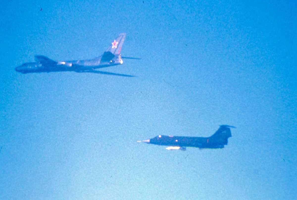 Øverst sees et russisk fly av typen Badger E og nederst sees en CF-104G Starfighter.