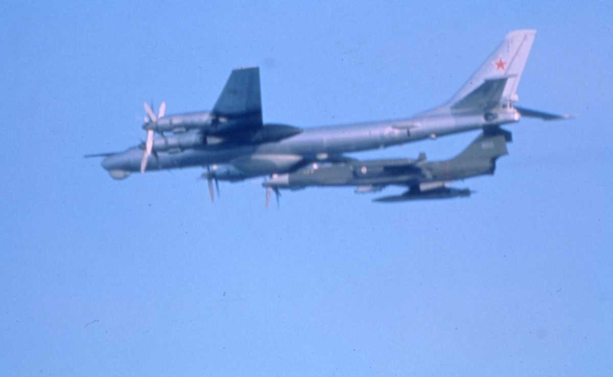 Russisk fly av typen Bear D. En norsk CF-104G Starfighter avskjærer Bear'en.