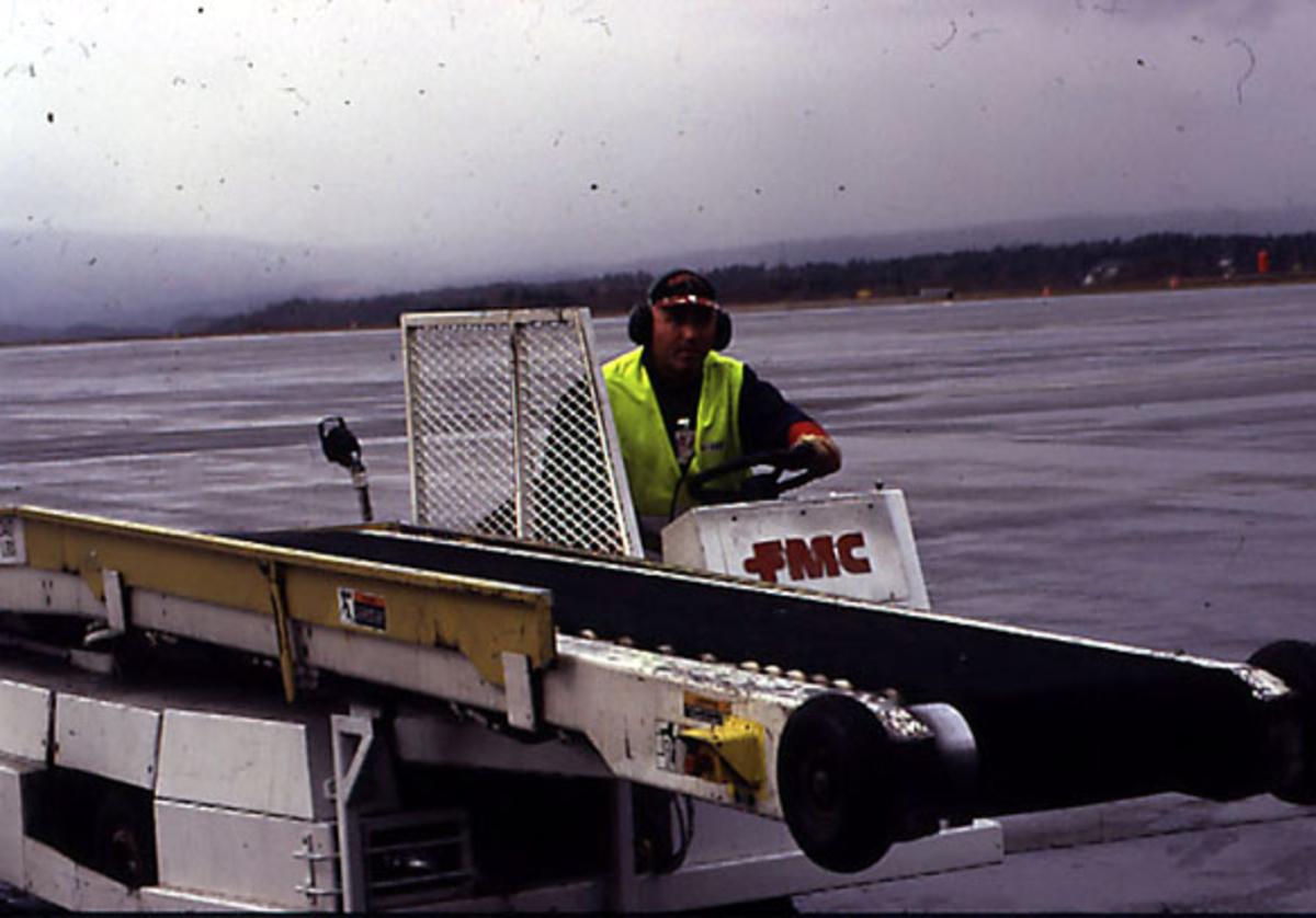 Lufthavn, 1 kjøretøy og en person.