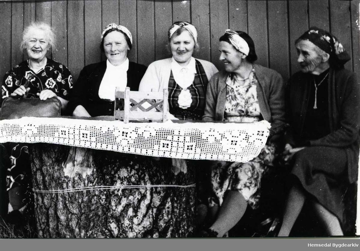 Frå venstre: Mari Grøthe, Eline Halbjørhus, Margit Mythe, Sissel Grøthe og Ruth Kjær (bydame). Dei andre er frå Hemsedal.