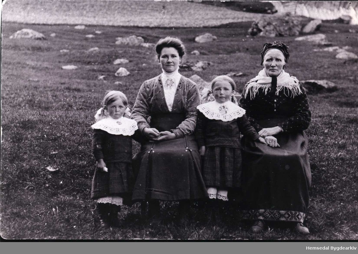 Fotografi av lita familiegruppe. Frå venstre: Ingrid Grøte (gift Grøndalen), Kari Grøte (fødd Løken), Anne Grøte (gift Ålrust), Anne Grøte (fødd Torset)