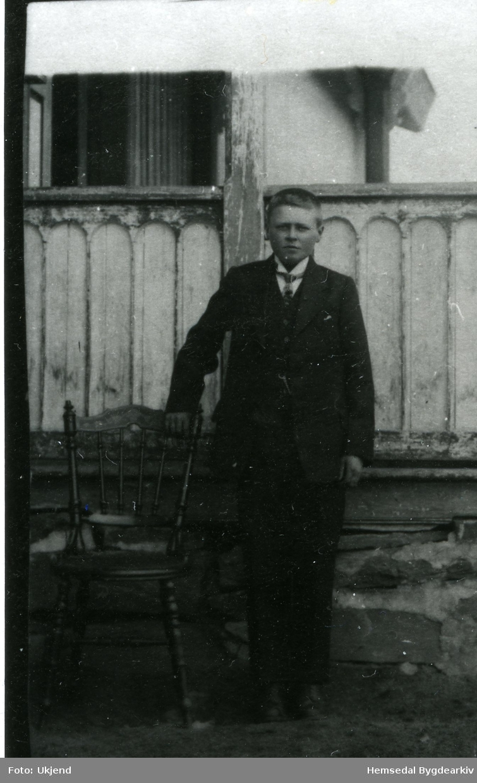 Rasmus Eikre som konfirmant i 1924 utanfor Løken skule. Familien budde her til 1924. Faren var lærar Lars Eikre