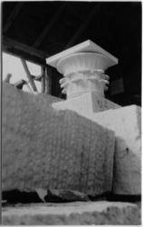 Skogskyrkogården Uppståndelsekapellet, exteriör, kapitäl