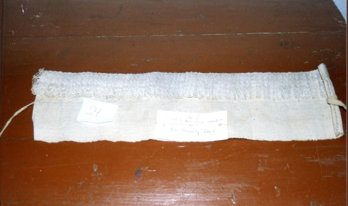 Knipling, pannelin brukt under skautet for annen dags brud og en tid lengre. Laget av bomullslerret og blonder kjøpt maske follelagt.