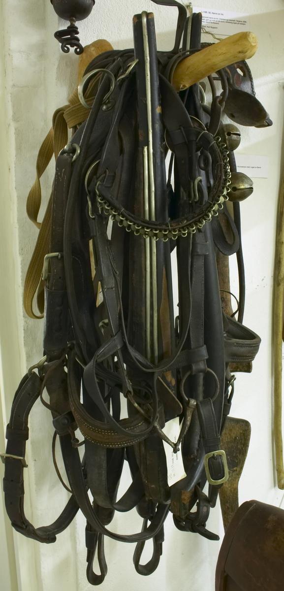 Lær og tre har sort farge, mens metallet har metallfarge. Stas selen har følgende deler bl.a.: Høvre som ligger over hals/skuldre på hesten og er en del av selen. Bog-tre legges framme om halsen på hesten. Baksele dersom en kjører trille/vogn. Bisle - som en har inne imunne på hesten og over hodet, samt bjølle.