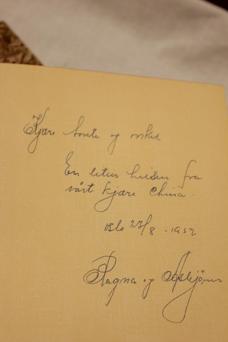 """Tittel: """"DEN HVITE ELV"""". Roman. Trykket på MISJONSSELSKAPETS FORLAG, Dreyer, Stavanger 1952. Bok A: Bok B: Inskipsjon: """"Kjære tante og onkel. En liten hilsen fra vårt kjære China. Oslo 23/8 - 1952. Ragna og Asbørn."""