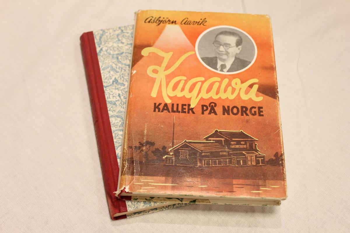 """Tittel """"KAGAWA KALLER PÅ NORGE"""". Utgitt av misjonskurs per brev. Gry Forlag. Johansen& Nielsen Oslo 1950 Bok A:Inskripsjon: """"Gratulerer med 77 års dagen. 13.07 - 50. ??(Stedsnavn) 23. P.Giskedal"""" Bok B:Inskripsjon: """"Kjære onkel og tante. en liten hilsen fra Ragna og Asbjørn. ??(stedsnavn) 20.06.1950"""
