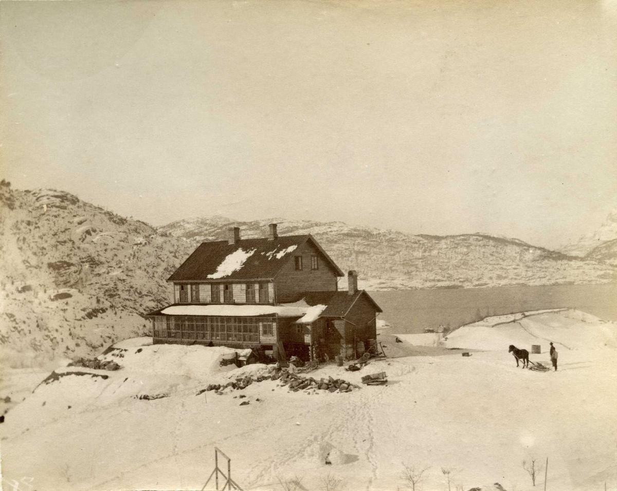 Hus vinter snø hest mann fjord fjell