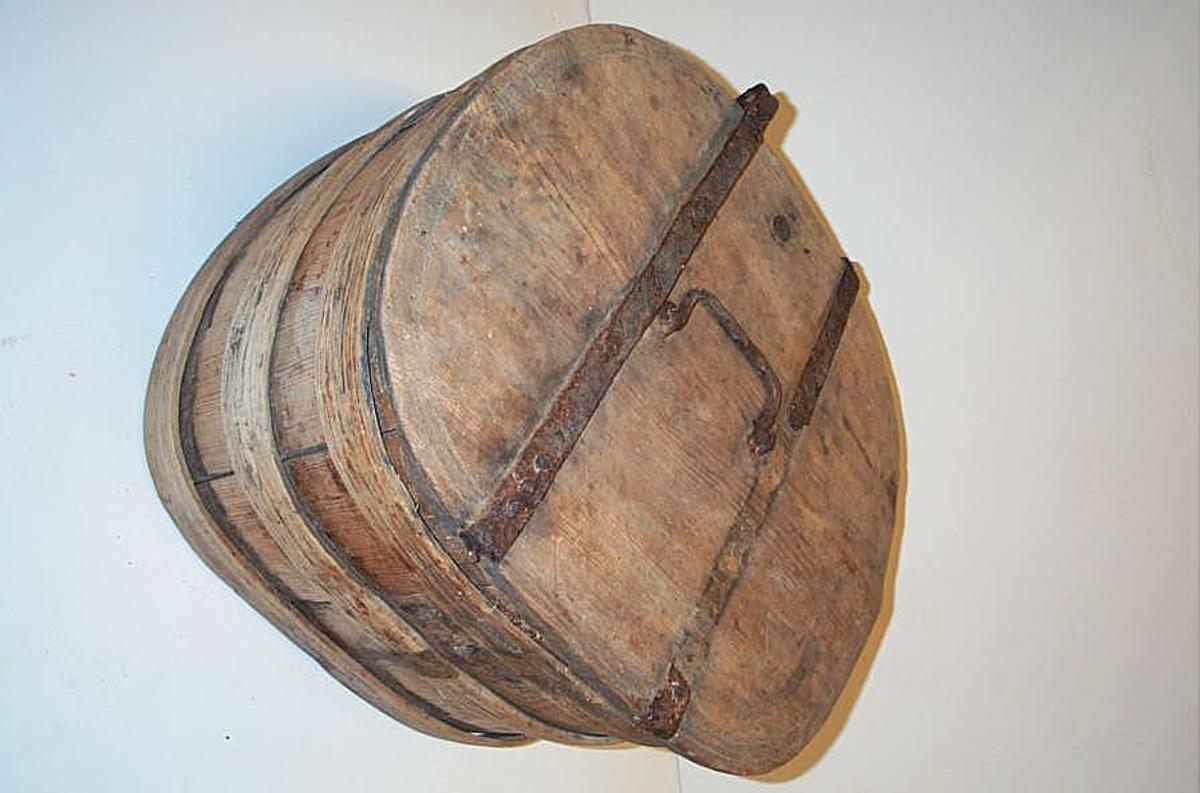 Bombe (reiseskrin) lagget av furustav, eliptisk tverrsnitt, omgit av tre profilerte gjorer. Laaget av hel plate, jernslaaet og med hank. Har hat laas, der nu mangler. Hængslerne istykker. Kjøbt ved gaardbruker Endre Opppedal av Ole Sjursen Opppedal.  G.F.H.