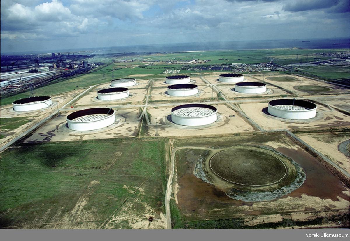 Flyfoto/oversiktsbilde av oljelagertanker på raffineri i Teesside.