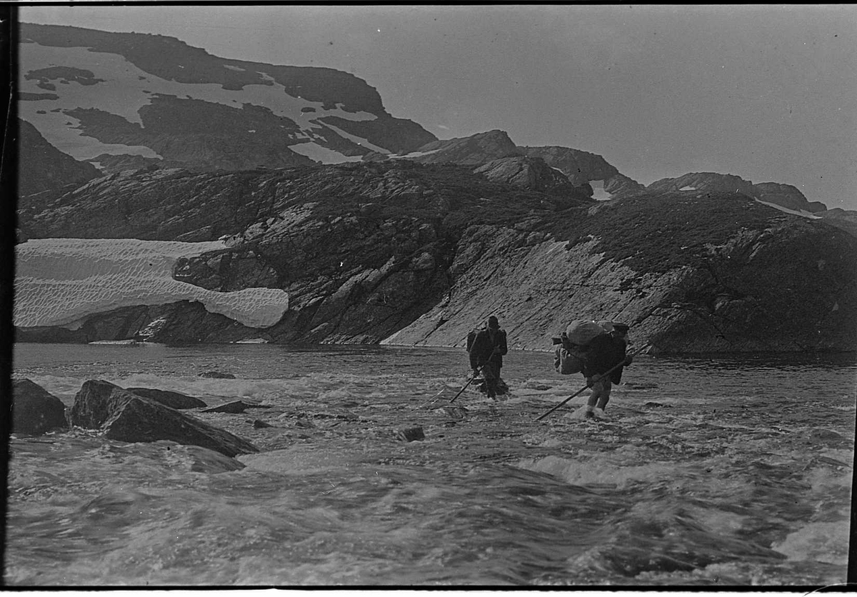 menn elv fjell stavar bører ryggsekk snø