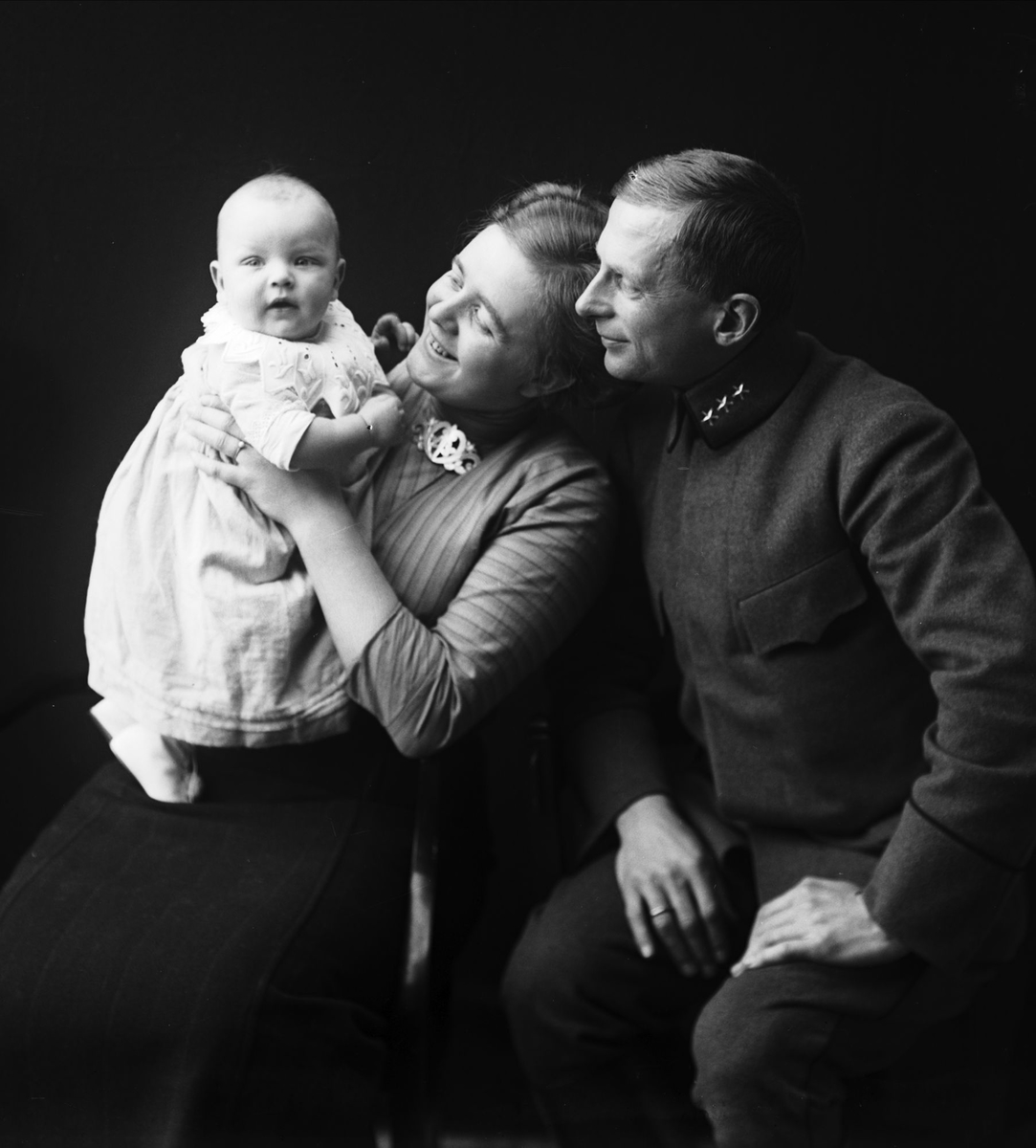 Portrett av familien Astrid og Karl A. Hansen, med sønnen Karl August.