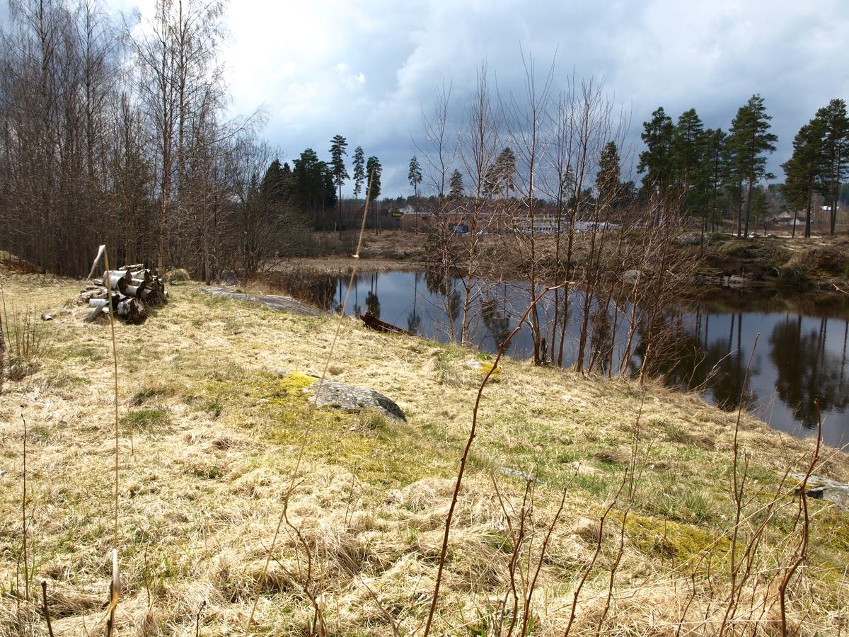 Sörover fra Solheimlandet kan man se nåvarende E18 gå forbi Örje. Det er kun noen kilometer til svenskegrensa. Veien har funnets i lang tid.