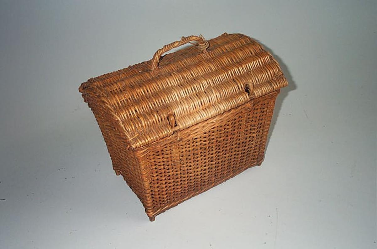 Form: I form av kiste med  lok