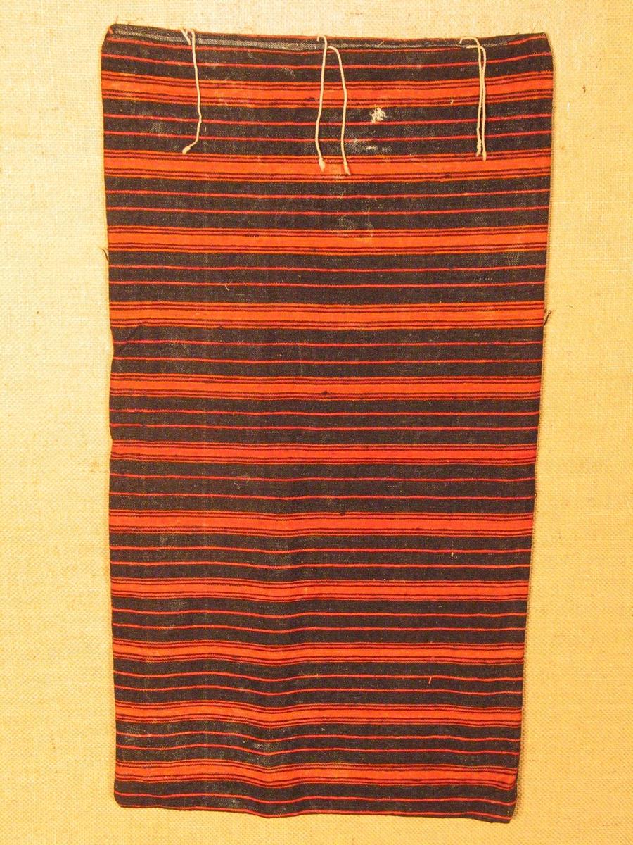 Form: Rektangulær. Bomullssnorer i den opne kortenden til å snøre