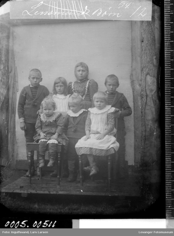 Gruppebilde av syv søsken.
