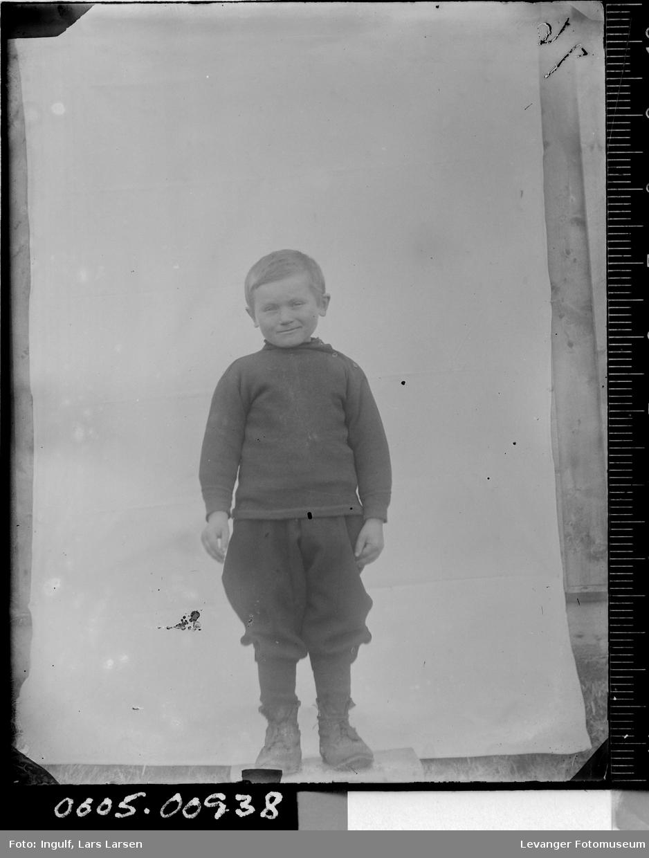 Portrett av en gutt i helfigur.