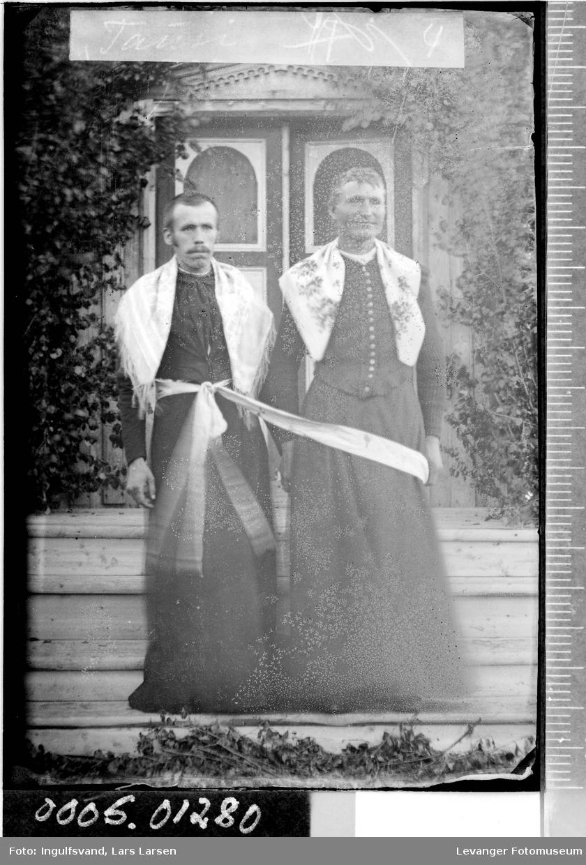Portrett av to menn utkledd som kvinner.
