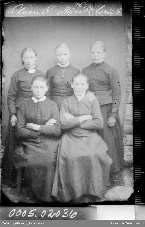 Gruppebilde av fem unge kvinner.