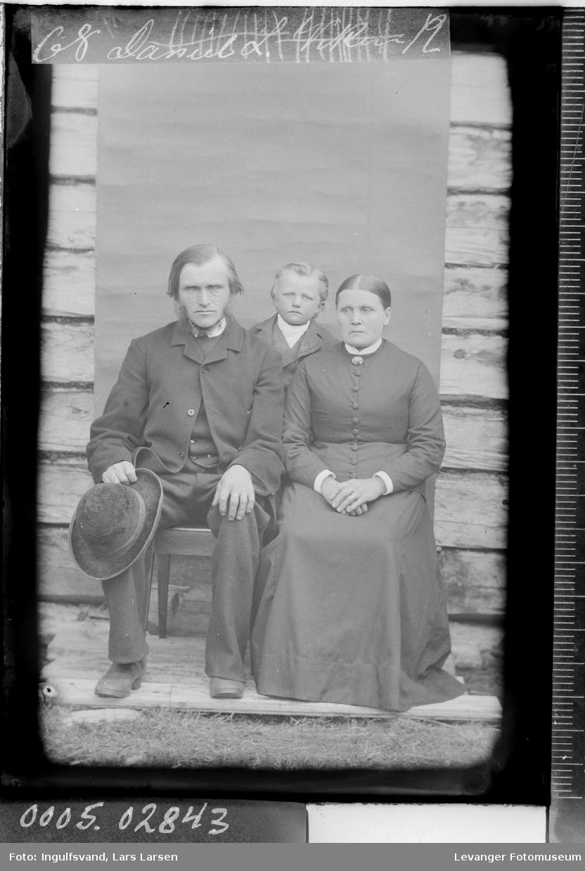 Gruppebilde av mann, kvinne og et barn.