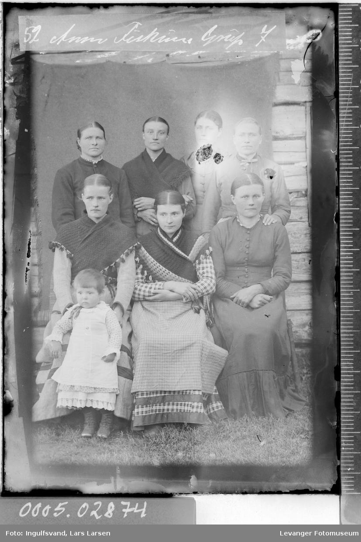 Gruppebilde av syv kvinner og et barn.
