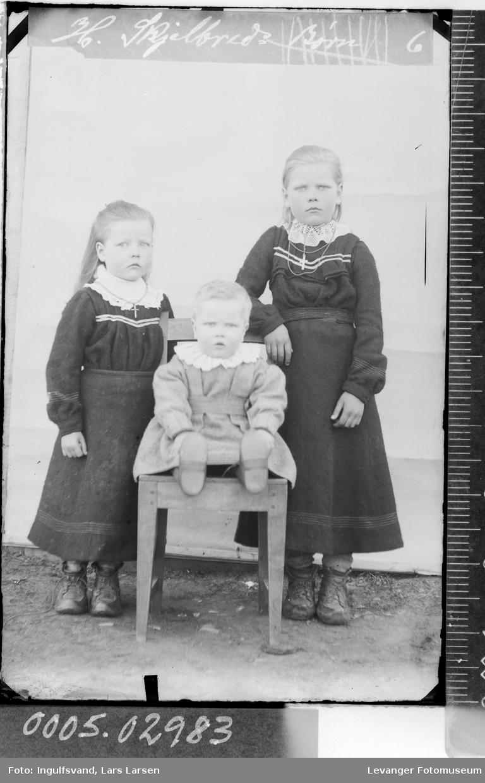Gruppebilde av tre barn.