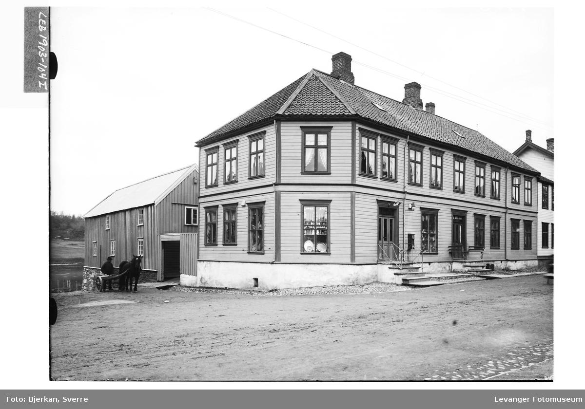Bamberggården i Levanger sentrum med hest og kjerre ved bygningen.