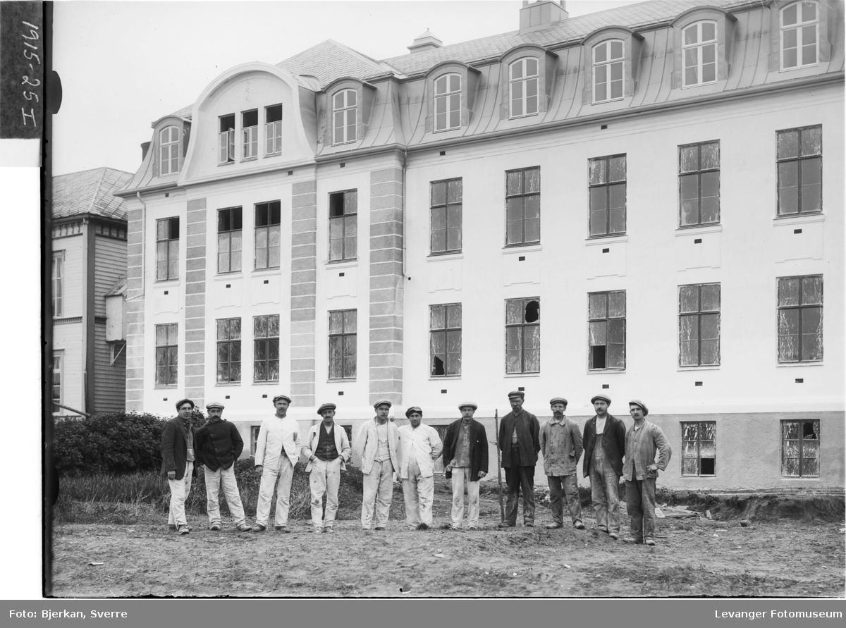 Arbeidere foran 1915-bygget på Innherred Sykehus