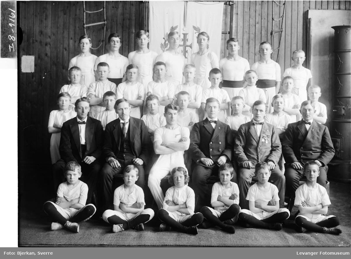 Barneturngruppe med sine ledere