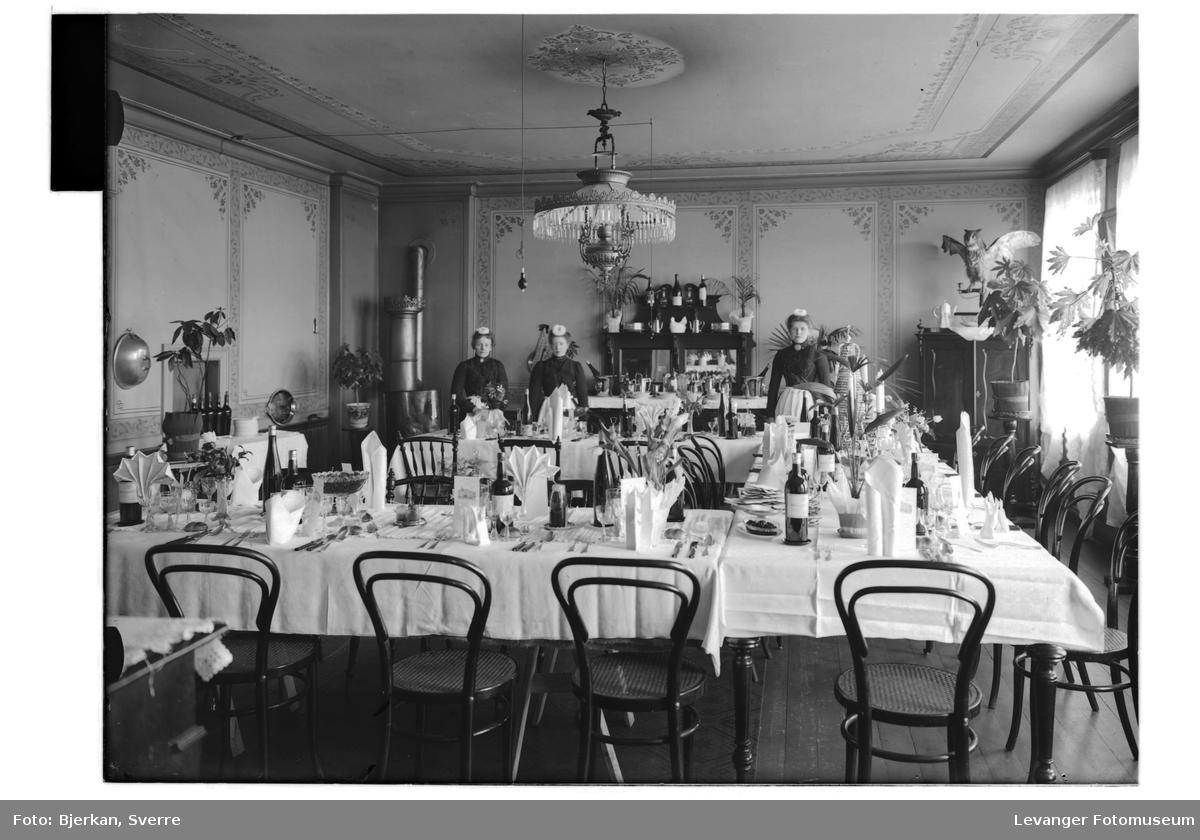 Spisesalen på Backlund Hotel pyntet til festmåltid