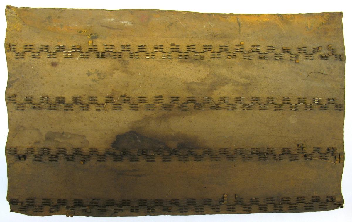 Tryckstock för handtryckning av tapeter.  Tryckstocken består av ett träblock där mönstret utgörs av metallstift.